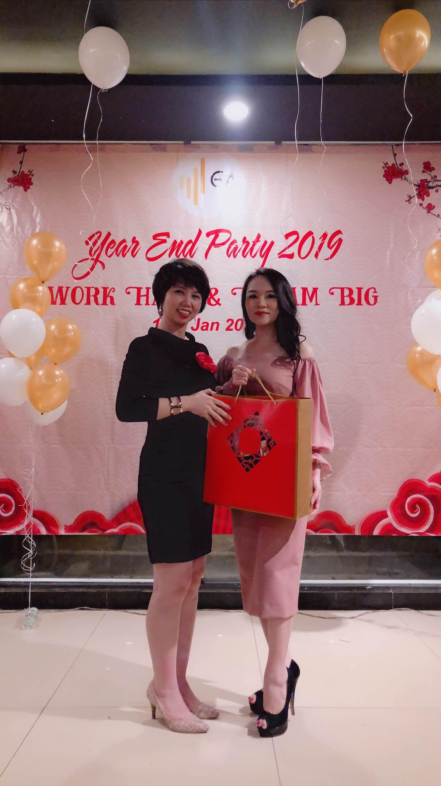 Year End Party 2019 Tang qua khach moi