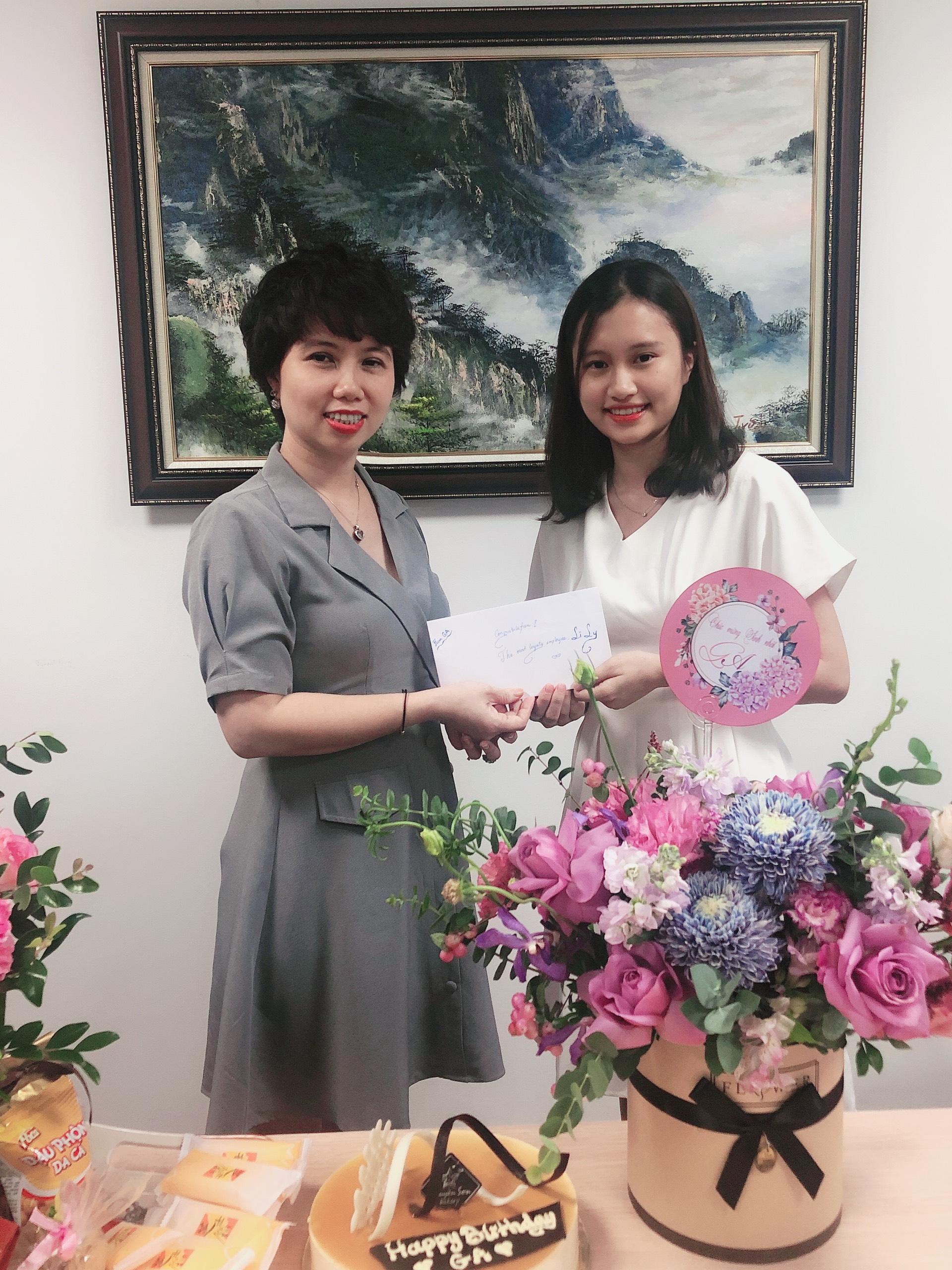 Phần quà đã được trao cho nhân viên kỳ cựu nhất của GA đã đồng hành cùng công ty