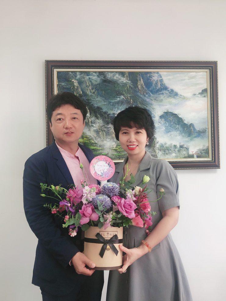 Bó hoa tươi thắm thay cho lời chúc mừng sinh nhật và lời chúc sẽ cùng nhau hợp tác lâu dài